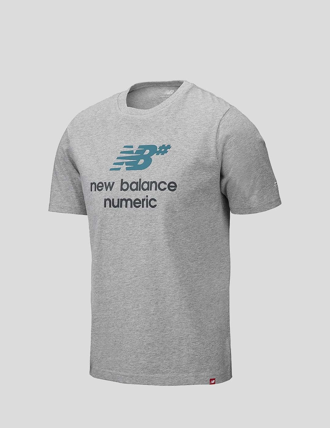 CAMISETA NEW BALANCE NUMERIC LOGO STACKED ATHLETIC GREY WITH MULTI COLOR