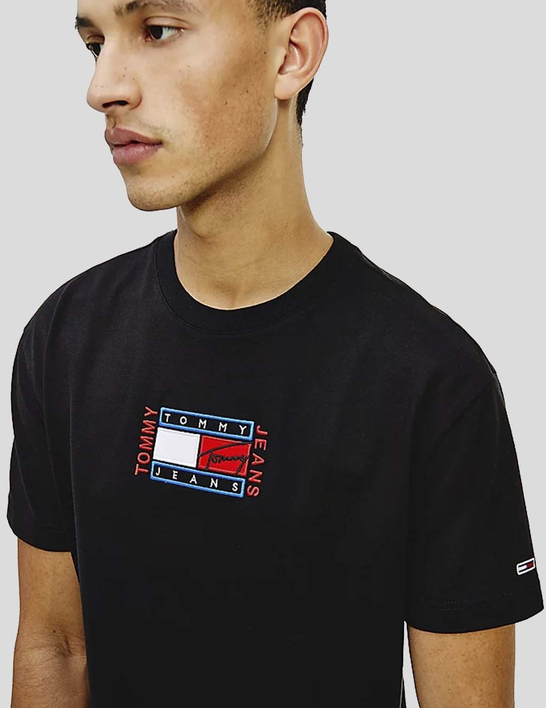 CAMISETA TOMMY JEANS TIMELESS TOMMY FLAG TEE BLACK