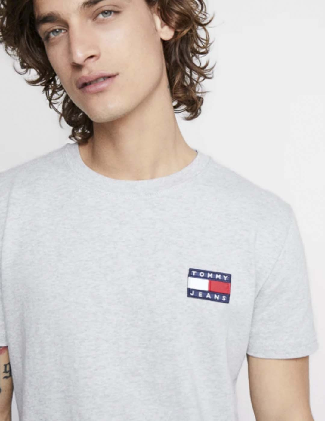 CAMISETA TOMMY JEANS TOMMY BADGE TEE SILVER GREY